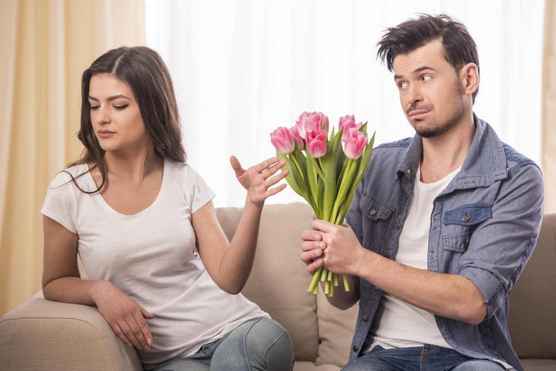 بالصور صور شباب مع ورد , اهميه الورد بين المحبين 12800 3
