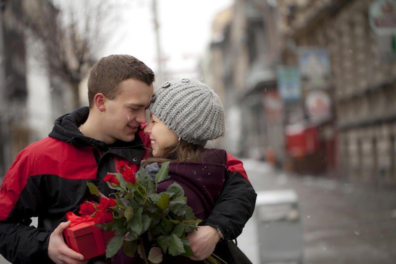 بالصور صور شباب مع ورد , اهميه الورد بين المحبين 12800 5