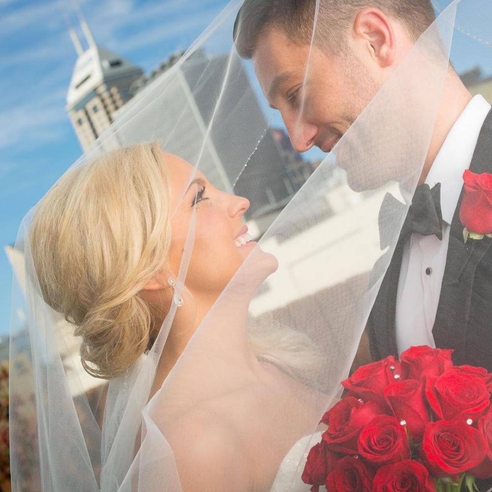 بالصور صور شباب مع ورد , اهميه الورد بين المحبين 12800 8