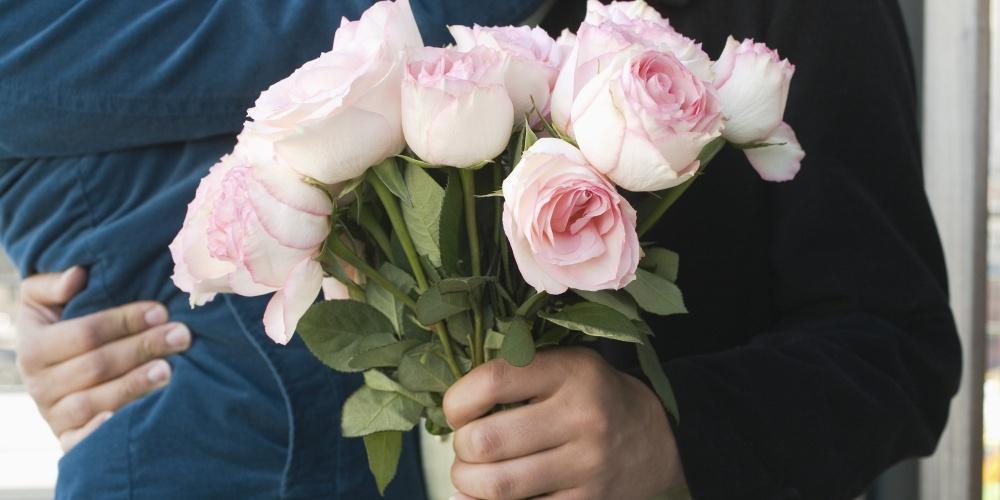 بالصور صور شباب مع ورد , اهميه الورد بين المحبين 12800 9