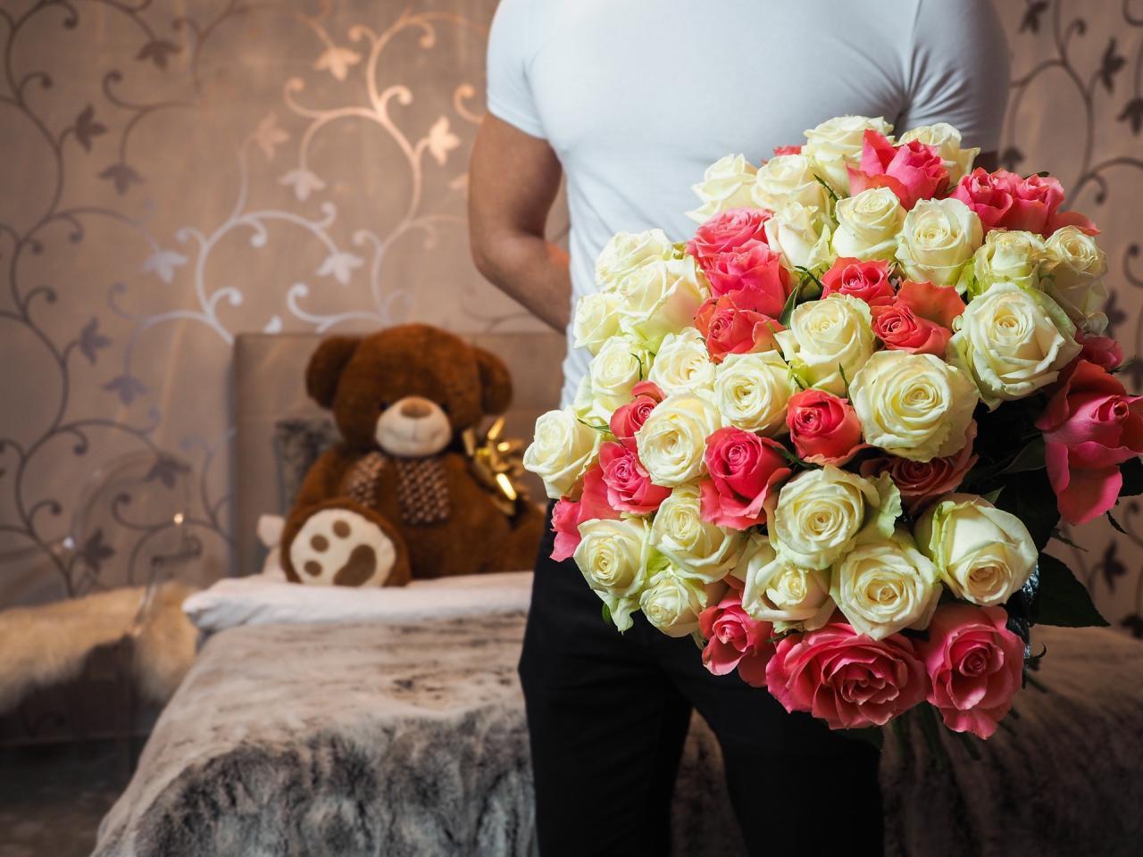 بالصور صور شباب مع ورد , اهميه الورد بين المحبين